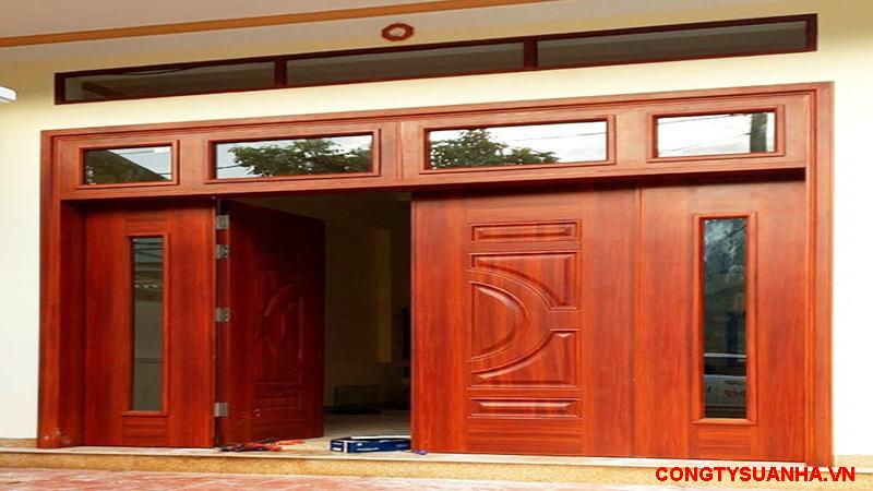 sơn giả gỗ trên cửa chính